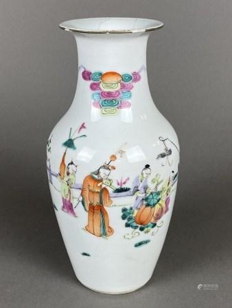 """Famille-Rose-Vase- China, Balusterform, feine Bemalung in den Farben der """"famille rose"""": umlaufend"""