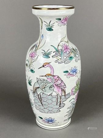 """Famille-Rose-Vase- China 20.Jh., Balusterform, dekoriert in den Farben der """"famille rose"""" mit"""