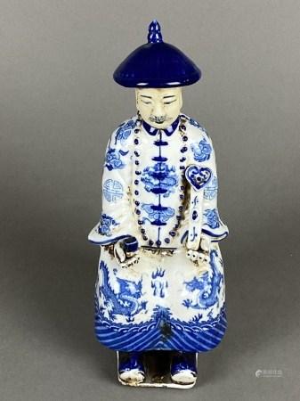 Sitzender Mandarin mit Ruyi-Zepter - China, glasiertes Porzellan mit Dekor in Unterglasurblau,