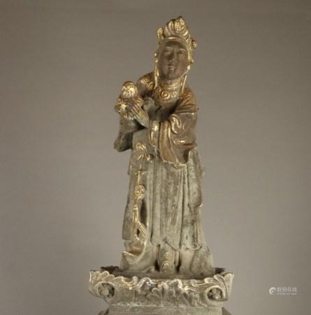 Daoistische Göttin auf Pfeiler-Fragment - China, Qing-Dynastie, Granitfigur, Restpigmente und -