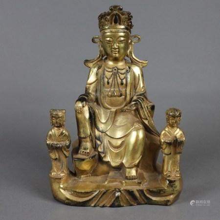 Figurengruppe mit zentraler Guanyin und Akolythen - Metallfigur bronziert, vergoldet, in lockerer