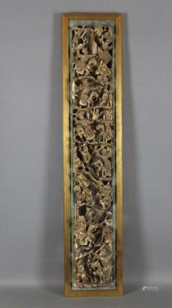 Geschnitztes Holzpaneel - China, hochrechteckig, rot gefasst und vergoldet, kunstvoll durchbrochen