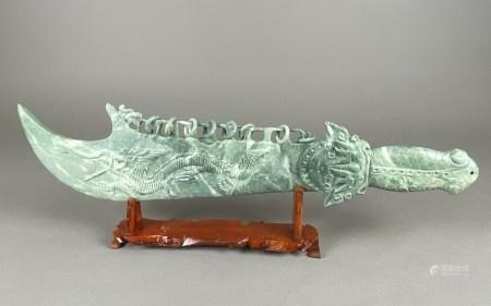 Zierschwert im Ständer - China 20.Jh., großes stilisiertes Schwert aus Jade, blattförmige Klinge