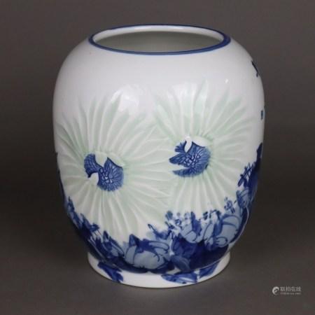 Blau-weiße Vase im japanischen Stil - gebauchte Form mit großformatigem Blütendekor, teils im Relief