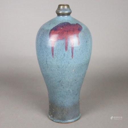 Jun-Vase - China. Steinzeug. Meiping-Form, hellblaue Glasur mit magentafarbenem