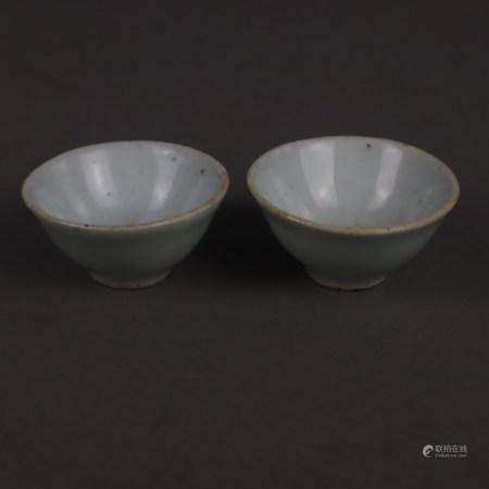 Paar sehr kleine Koppchen mit Qingbai-Glasur - China, späte Qing-Dynastie, Porzellan, bläulich-