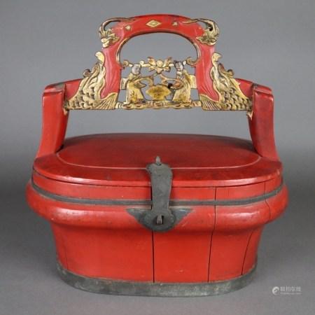 Deckelkorb in Rotlack - China um 1900, Tragekorb aus Holz mit figürlich beschnitztem Bügelgriff, 1