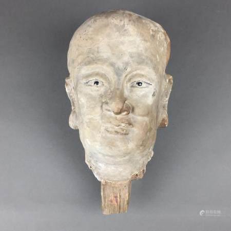 Kopf eines Luohan - China, vollplastisch modellierter Tonkopf eines kahlen, hageren Asiaten mit