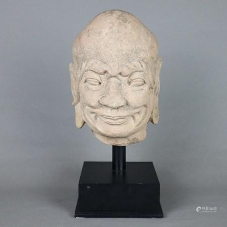 Kopf eines Luohan - China, ausgehende Ming-Dynastie, rötlicher Sandstein, stellenweise dunkle
