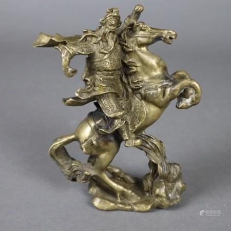 Figur des Kriegsgottes Guandi- China, Gelbguss, vollplastische Darstellung eines Kriegers in Rüstung