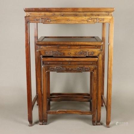 Satz von 3 Beistelltischen - China, Holz, geschnitzt, 3 gleiche Tische von verschieden Größen,
