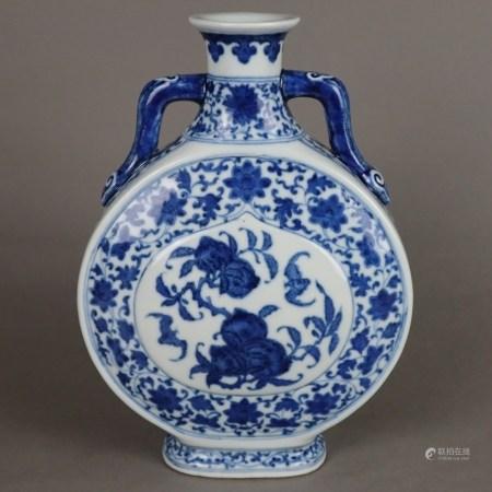 Blau-Weiße Pilgerflasche mit Langlebigkeitssymbolen - China, späte Qing-Dynastie, Porzellan mit