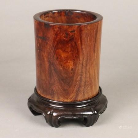 Pinselbecher - China, Huanghuali-Holz, zylindrische Wandung mit leicht eingeschwungener Taille,