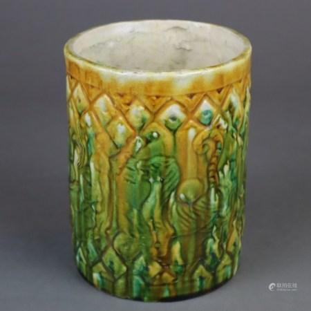 """Pinselgefäß - China, Keramik mit """"sancai""""-Glasur in Gelb, Grün und Braun, umlaufend gemodelter Dekor"""