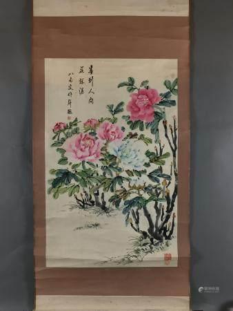 Chinesisches Rollbild - Päonienbusch, leichte Farben und Tusche auf ornamentiertem Papier, in