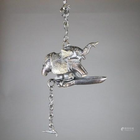 Ölhängelampe - Indien, Metallguss bronziert, vollplastische Elefantenfigur, lange Dochtablage an