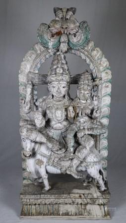 Massives Tempelrelief mit Uma-Maheshvara-Motiv - helles Holz, fein geschnitzt, farbig gefasst,