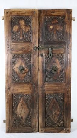 Zwei Türblätter - Indien,älter,Holz massiv, dekorativ beschnitzt, mit Metallschlössern und