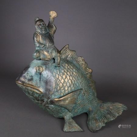 Glücksgott Ebisu auf Fisch - Bronze grün patiniert, einer der sieben Glücksgötter(Schutzpatron der