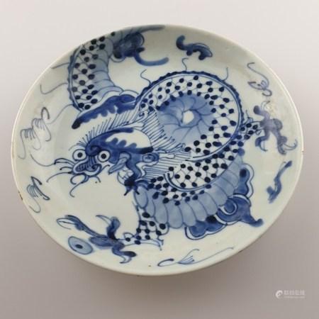 Drachenteller - Japan, Taishō-Zeit, wohl Fukagawa, runde Form, im Spiegel und außen dreiklauiger