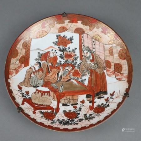 Teller - Japan, Meiji-Periode, Kutani-Porzellan, runde gemuldete Form, farbig und gold gemalter
