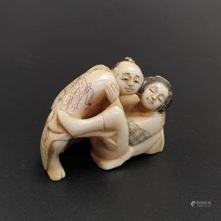Erotisches Netsuke - Japan, Taishō-/Shôwa-Zeit, Elfenbein geschnitzt, graviert und partiell