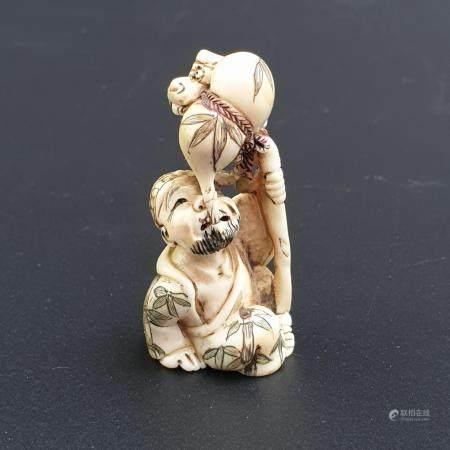 Netsuke - Japan, Taishô-Zeit, Elfenbein geschnitzt, teils graviert und bemalt, Katabori, Senin