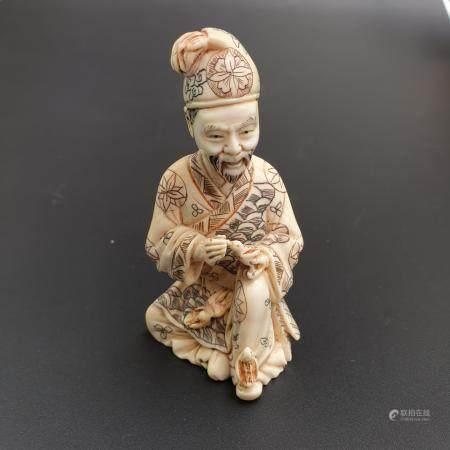 Okimono - Japan, Meiji-/Taishô-Zeit, Elfenbein fein geschnitzt, graviert und partiell eingefärbt,