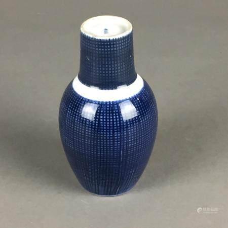 Tokkuri-Flasche mit Becher - Japan 20.Jh., Porzellan mit unterglasurblauem Dekor im Stil der