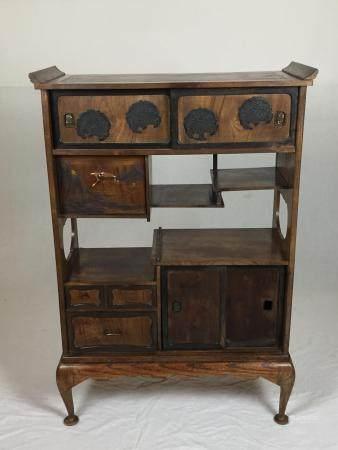 Alter Kabinettschrank - Japan, Holz, kleiner Schrank mit zahlreichen asymmetrisch angeordneten