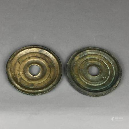 Zwei Scheibengewichte - osmanisch, Messing, gepunzt, ca. 318g und 326g, Alters- bzw.