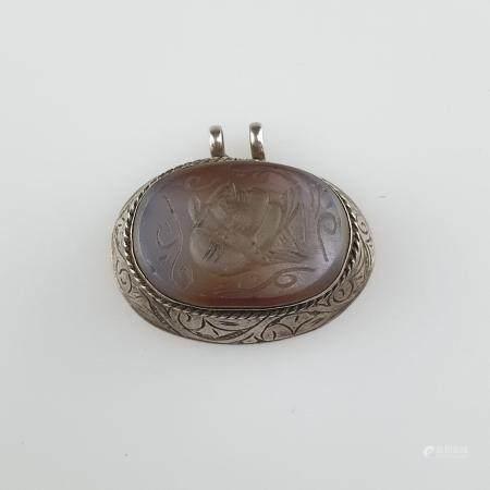 Anhänger mit Siegelplatte - ovale Form, Silberblech-Fassung mit Rankengravur, Achatplatte mit