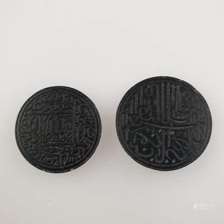 Zwei knopfförmige Steinplaketten - schwarz, beide fein graviert mit kalligrafischen Inschriften, Dm.