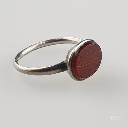 Zierlicher Ring mit Achat - Silberlegierung, rote Achatplakette überaus fein graviert mit Koranvers,