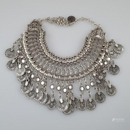 Collier mit Silbermünzen - osmanisch bzw. arabisch, Metallcolier mit 26 Silbermünzen mit Tughra-