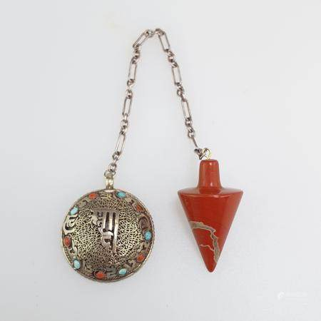 Jaspis-Pendel - an Gliederkette mit filigran ziseliertem Knopf, niederwertiges Silber mit farbigem