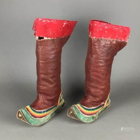 Paar schwere Schaftstiefel - Tibet, Leder mit farbigen Stickereien, ausgeprägte Gebrauchsspuren: