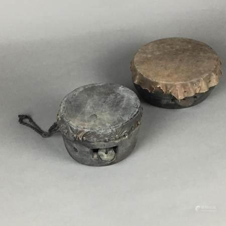 Zwei Trommeln - Tibet, runde Formen, Holzkorpus mit eingehängten Metallscheiben, einseitige