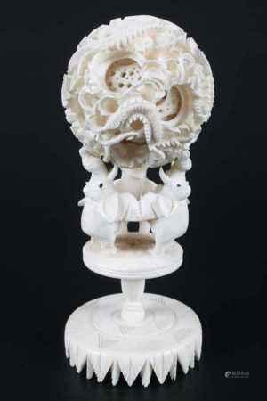 Okimono Puzzle-Ball Japan, 1. Hälfte 20. Jahrhundert, Okimono Ivory puzzle ball Japan, 1st half 20th
