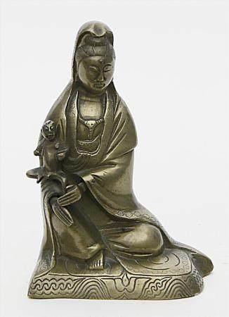 Skulptur einer sitzenden Guanyin.