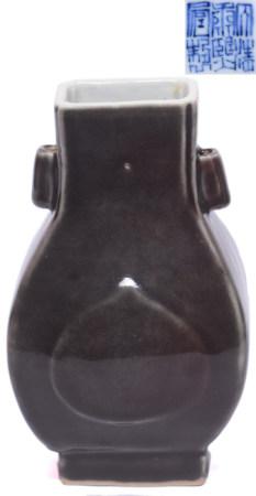 茄皮紫釉雙貫耳方瓶 - '大清康熙年製' 款