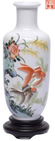 粉彩貼花魚藻瓶 - '洪憲年製' 款 連木座