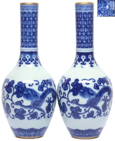 青花龍紋靈芝瓶一對 - '大清乾隆年製' 款