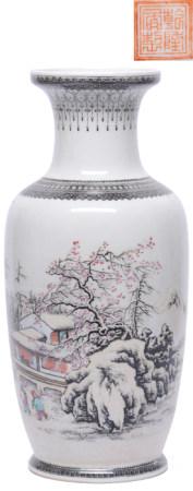 粉彩人物瓶 - '乾隆年製' 款
