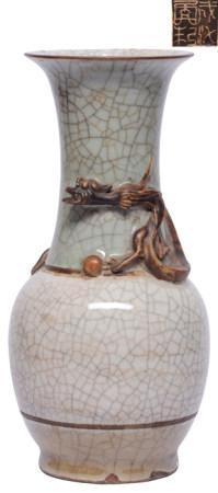 哥釉盤螭瓶- '成化年制' 款