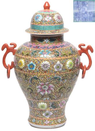 粉彩花卉雙連環耳蓋罐 - '大清乾隆年製' 款