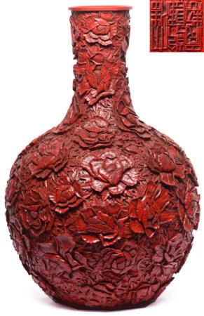 紅釉雕瓷牡丹瓶 - '大清乾隆年製' 款