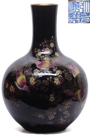 黑釉地粉彩描金花鳥天球瓶 - '大清乾隆年製' 款