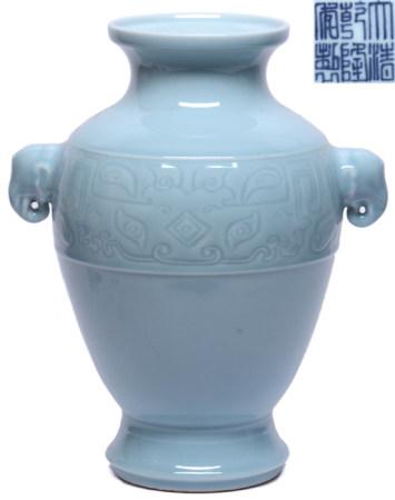 天藍釉博古雙耳瓶 - '大清乾隆年製' 款