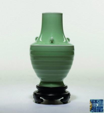 清 豆青釉三環耳弦紋瓶